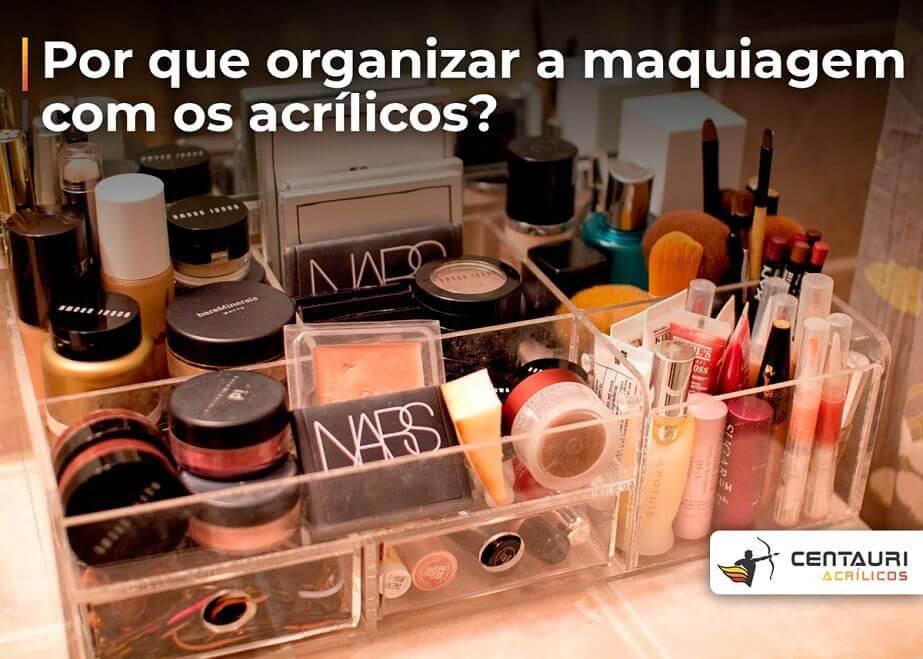 maquiagens organizadas em um organizador de acrílico