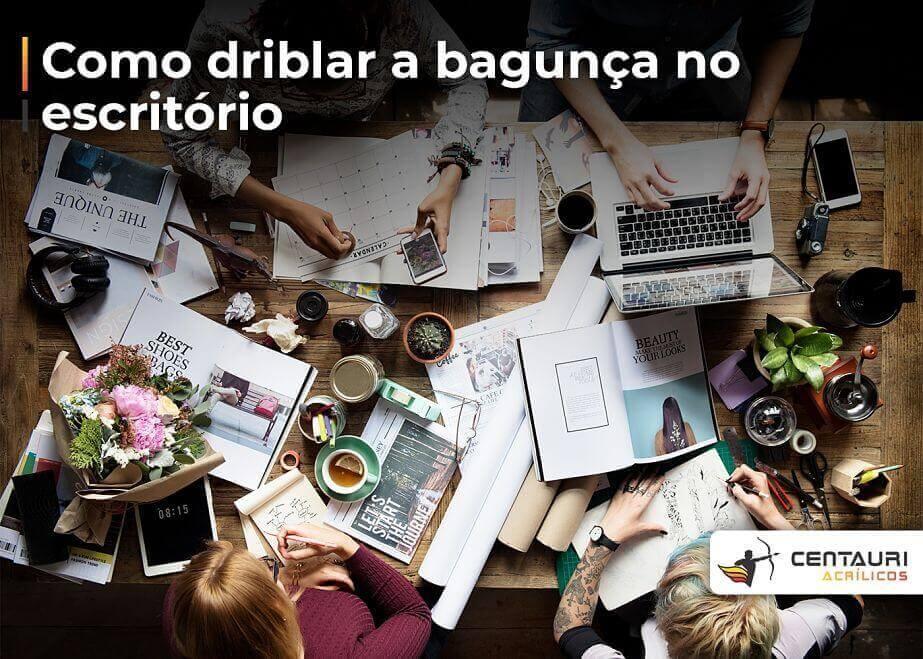 mesa de escritório bagunçada com pessoas trabalhando