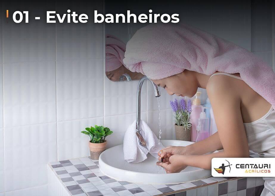 mulher de toalha lavando as mãos no banheiro