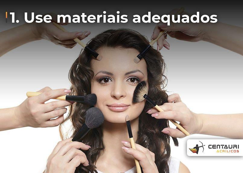 mulher sendo maquiada por várias pessoas
