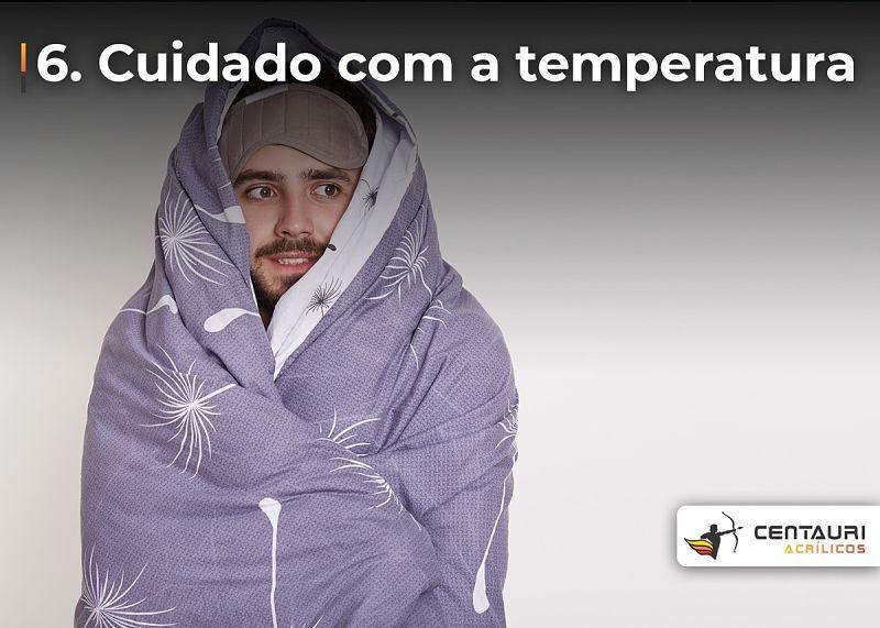homem enrolado no cobertor
