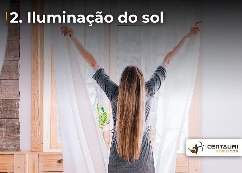 mulher abrindo cortinas