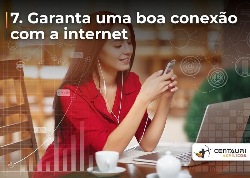mulher conectada na internet