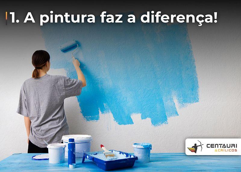 mulher pintando parede de azul