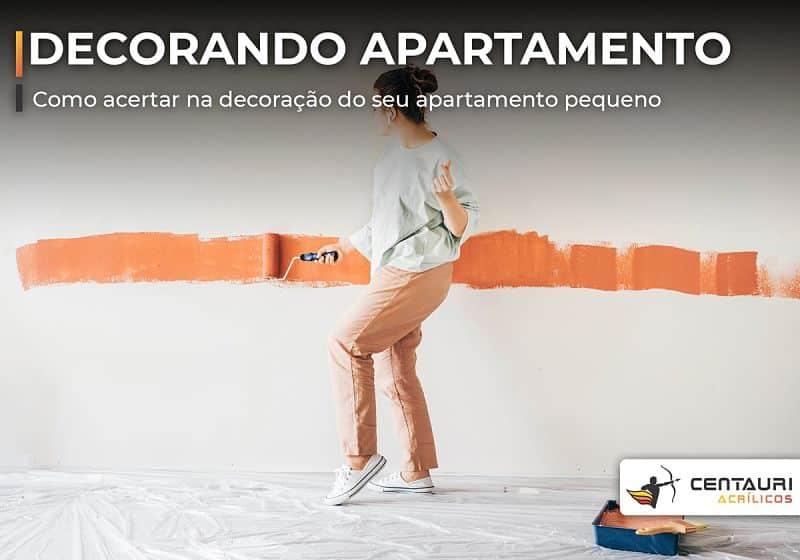 mulher pintando parede laranja