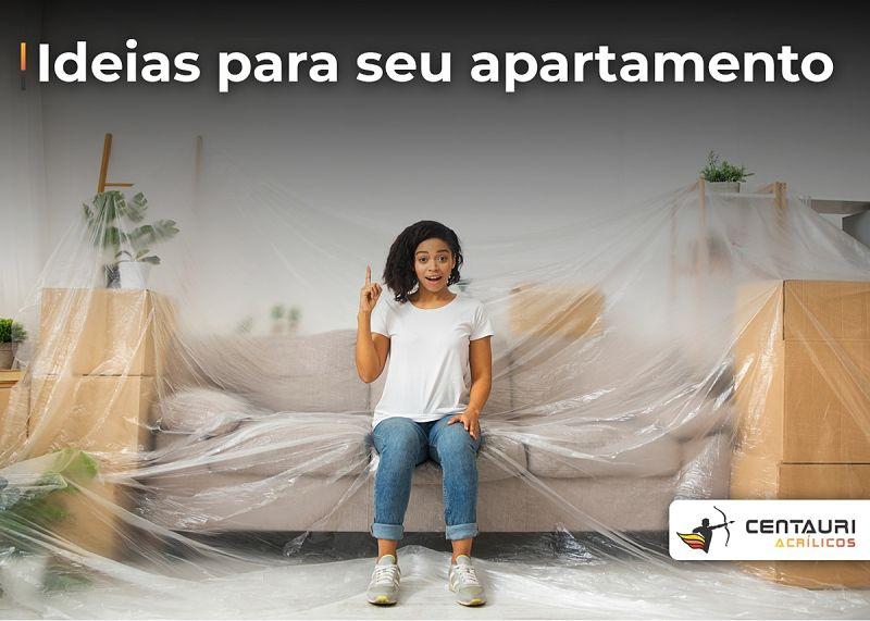 mulher sentada no plástico em cima dos móveis
