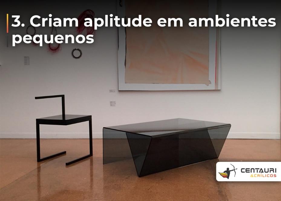 Mesa de centro em acrílico minimalista e geométrica no meio de uma sala grande com uma obra de arte ao fundo