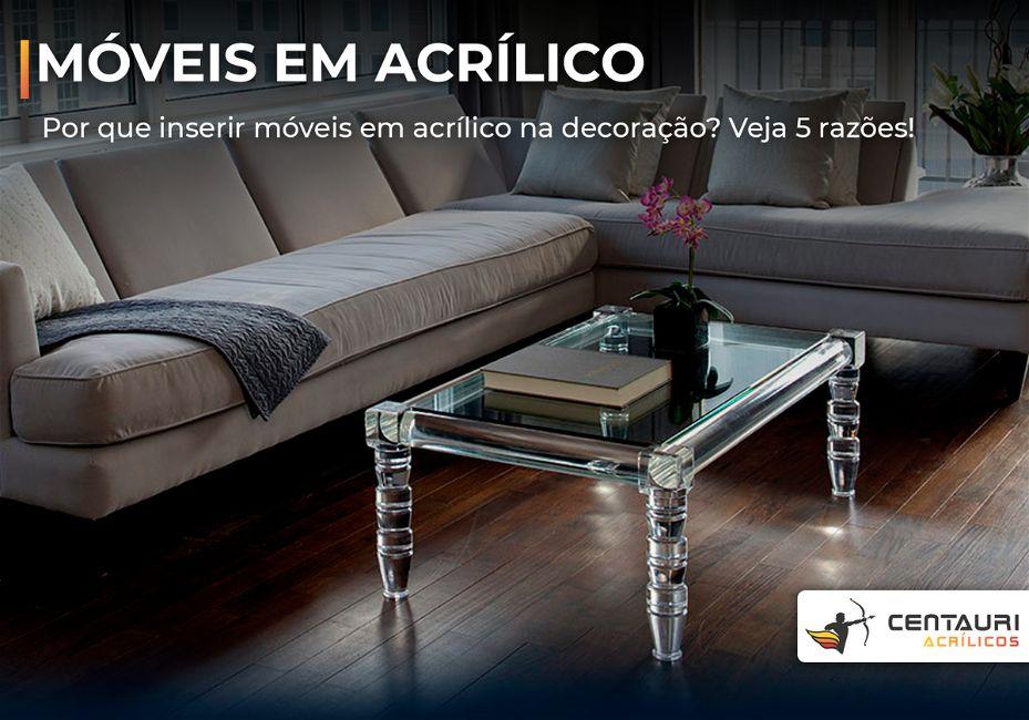Sala de estar com uma mesa de centro em acrílico em destaque com o sofá ao lado