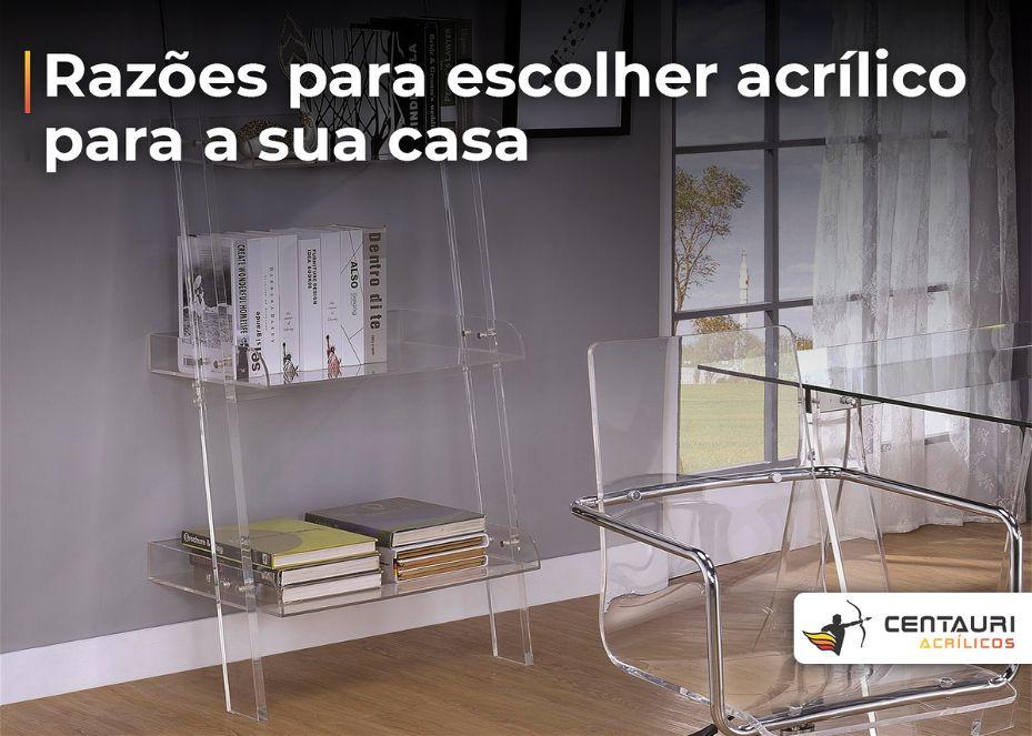 Cadeira e estante de livros em acrílico em uma sala de descanso com uma janela ao fundo