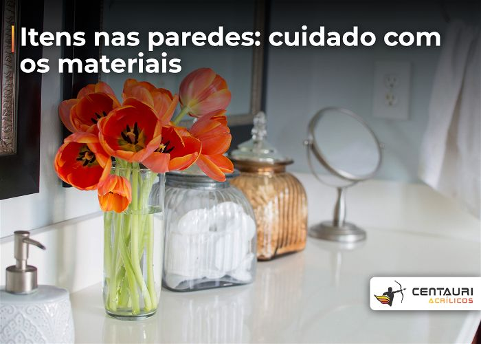 Vaso de flor em acrílico em cima de uma bancada no banheiro