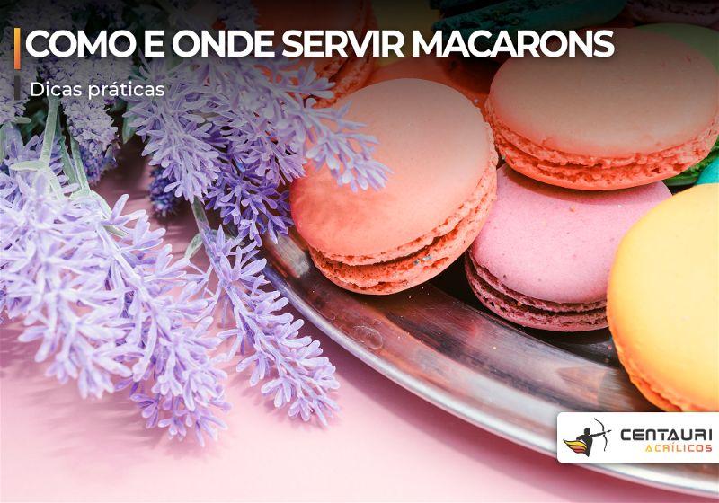 Macarons coloridos em bandeja prata