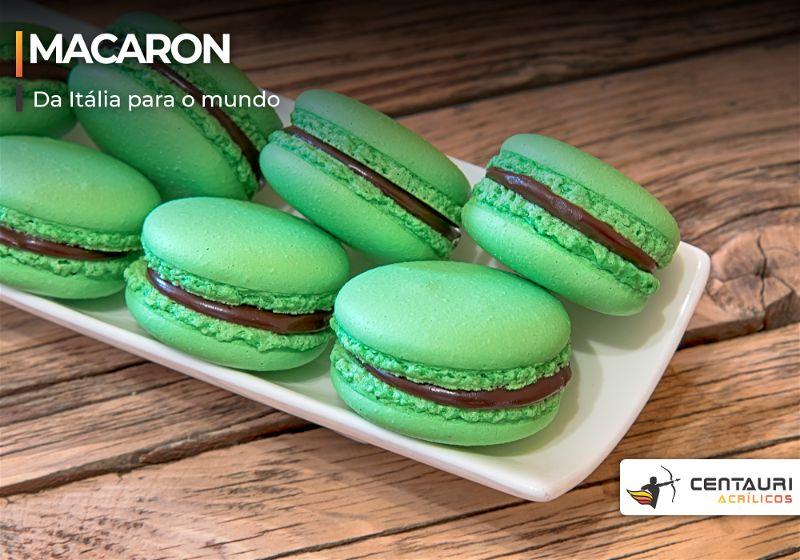 Macarons com coloração verde e recheio de chocolate