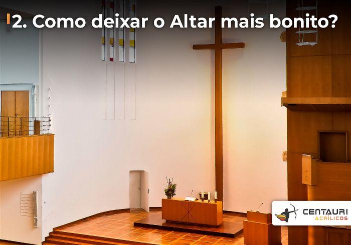 Altar da igreja evangélica com uma cruz grande na parede