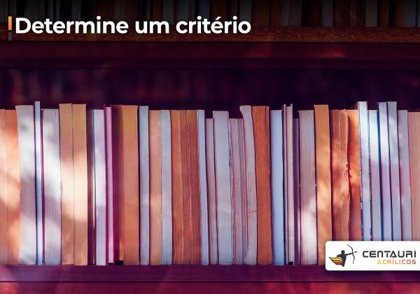 Livros enfileirados por cor em uma estante