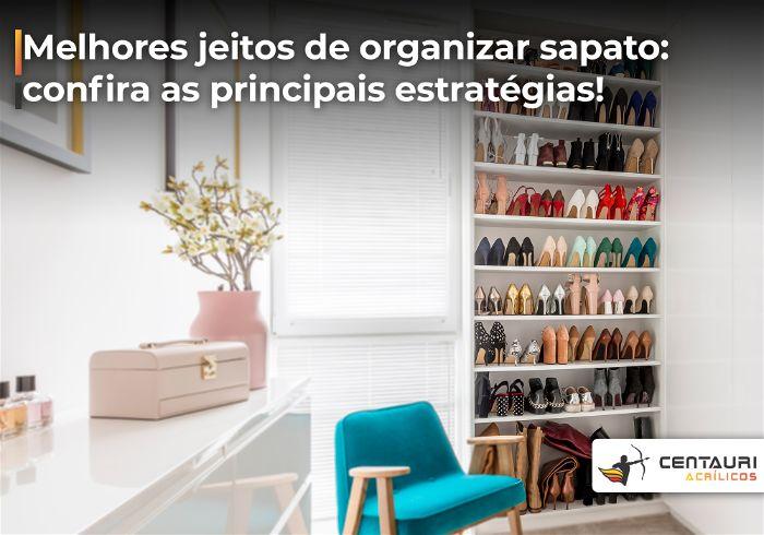 Closet de sapatos todos organizados ao lado da janela do quarto