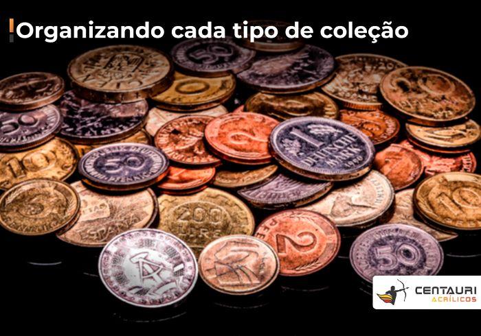 Amontoado de moedas de diversos países uma em cima da outra