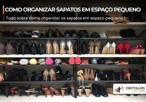 Closet cheio de sapatos um do lado do outro