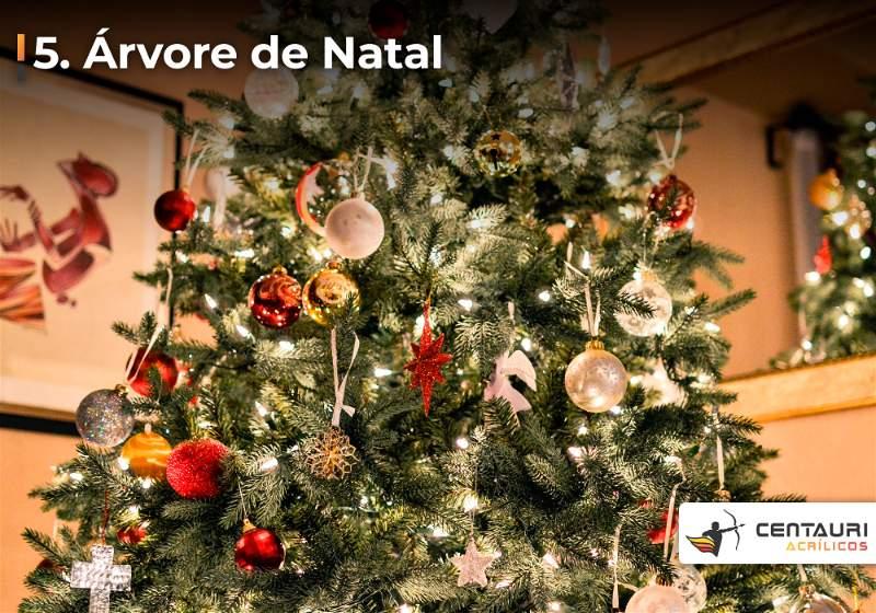 Grande árvore de natal decoradas com bolinhas vermelhas, prateadas, douradas e pisca-pisca