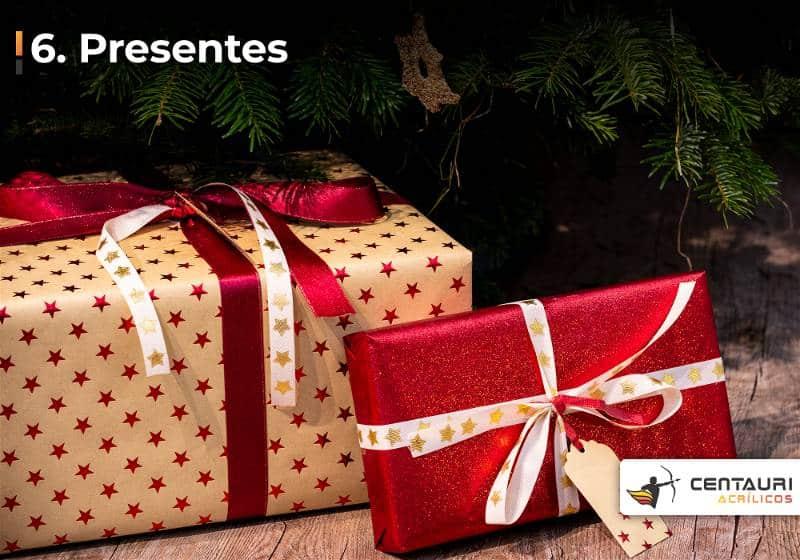 Presentes embrulhados com papel decorativo e laços