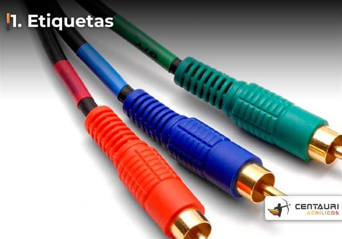 Imagem de três entradas P2 de cabos coloridos