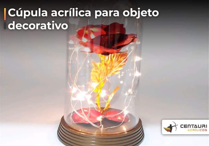Flor artificial vermelha com pequenas luzes em volta coberta com cúpula de acrílico transparente