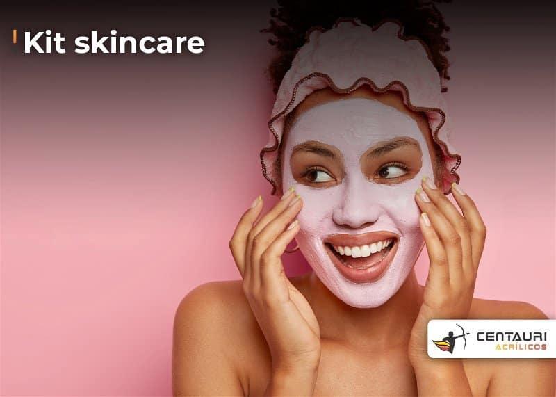 Rosto de mulher sorridente com máscara de hidratação na cor rosa claro