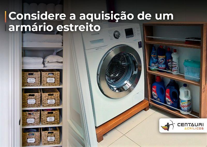 Pequena lavanderia com armários pequenos e estreitos