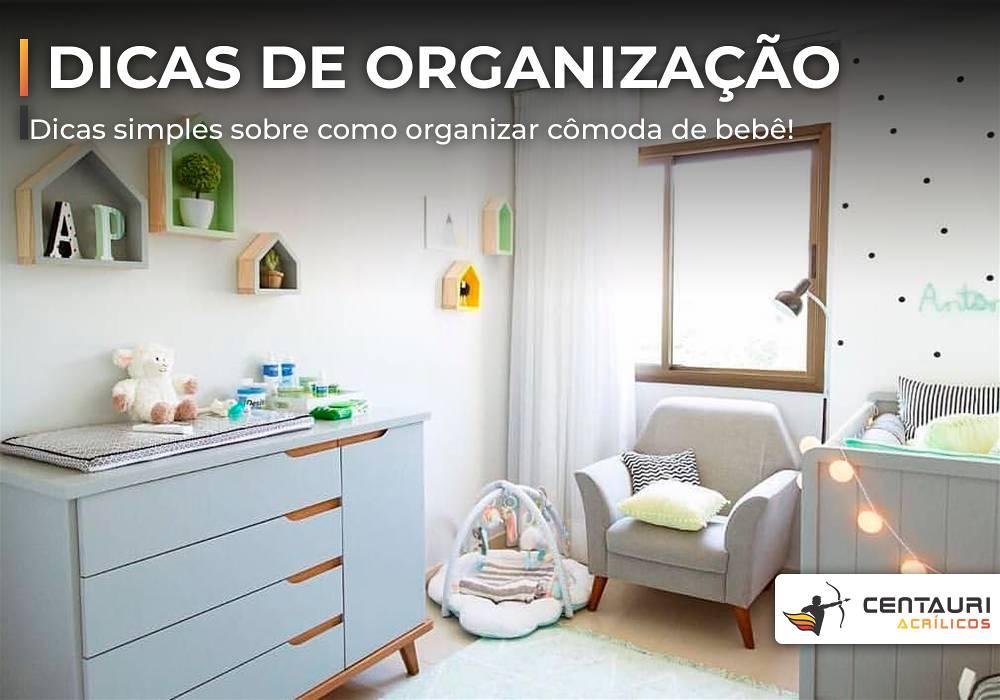 Banner de quarto infantil com comoda poltrona e cortinas, tudo na cor branca