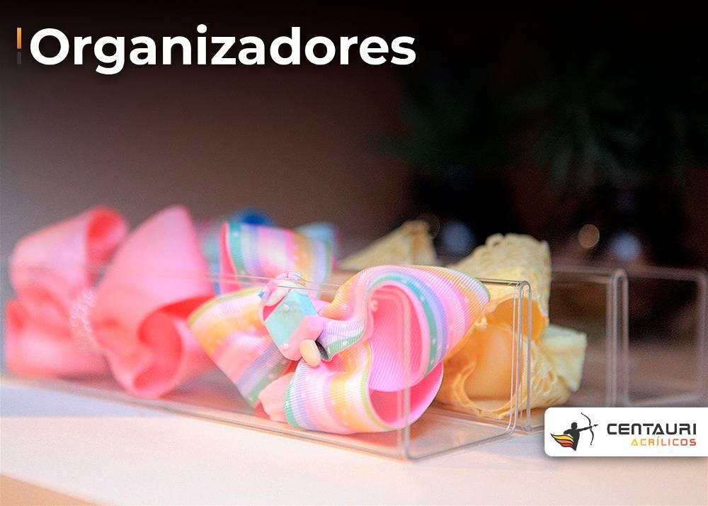 organizador de acrílico transparente, com roupinhas coloridas