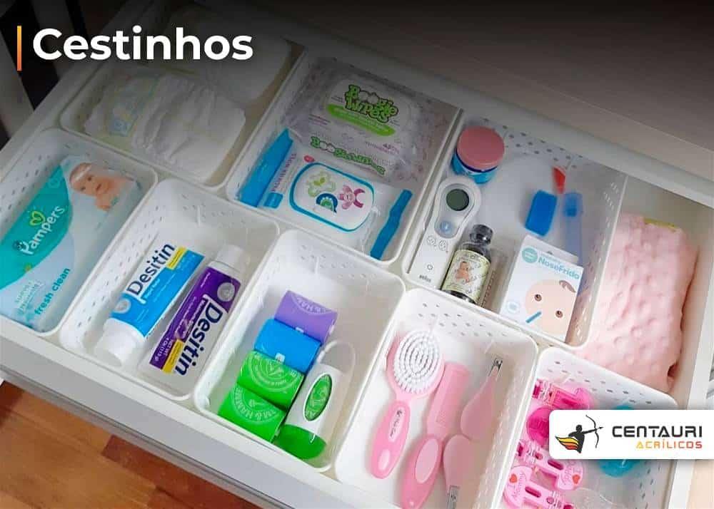 cestinhos branco como organizadores de itens para bebes e recém nascidos