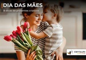 Mãe segurando flores com filho no seu colo lhe dando um beijo no rosto