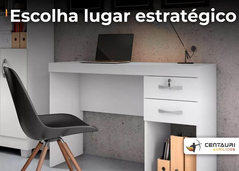 mesa da homeoffice ou classroom com cadeira