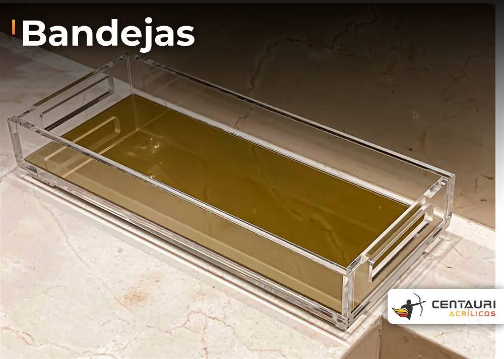 bandejas em acrílico transparente com fundo na cor mostarda