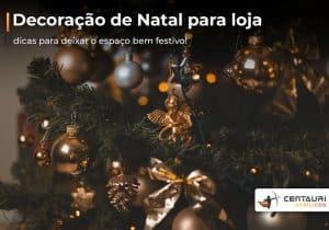 Parte de árvore de natal decorada com bolinhas douradas e pratas, bem como, com laços e anjinhos dourados