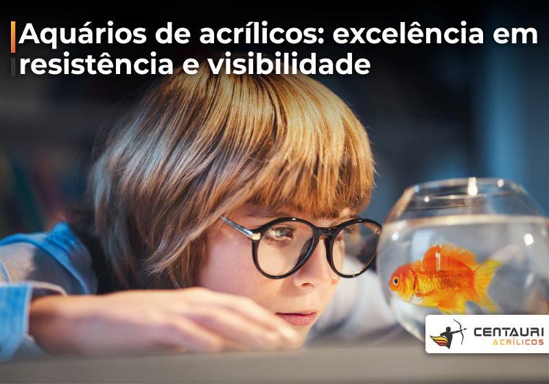 Menino de óculos observando peixe dentro de aquário redondo de vidro