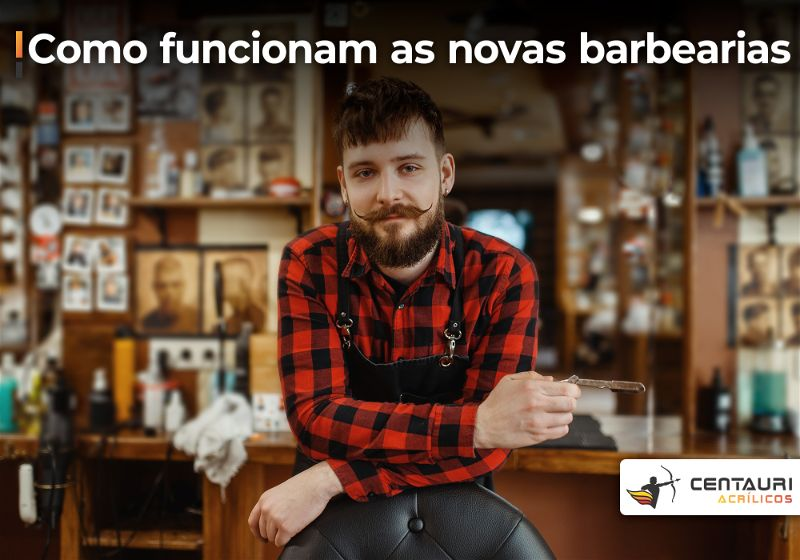 Homem com bigode, de blusa xadrez, dentro de barbearia e apoiado de frente em cadeira