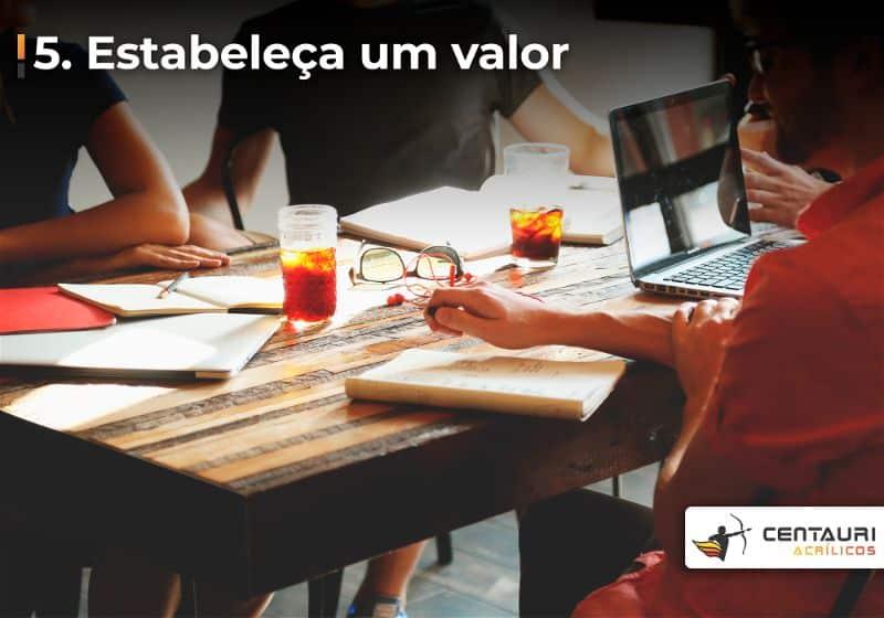 Pessoas sentadas ao redor de mesa conversando