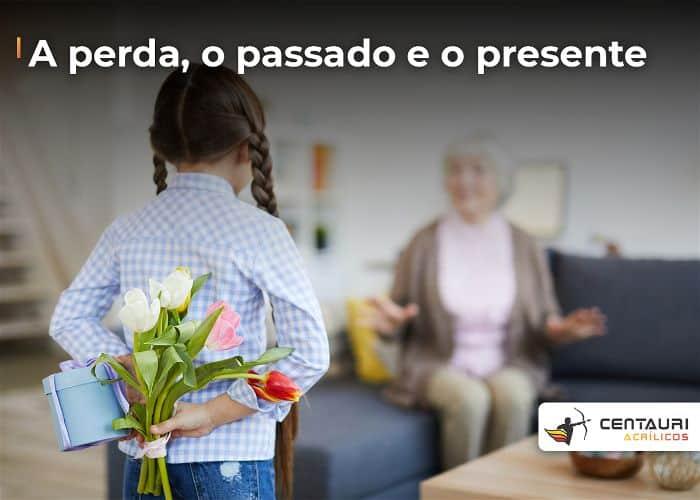 Criança com flores nas costas indo em direção a sua avó
