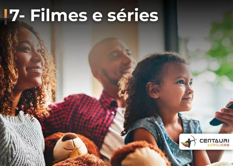 Família assistindo filme
