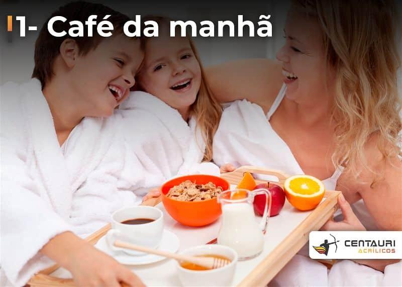 Mae e filhos na cama com café da manhã