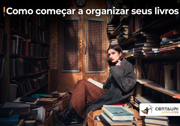 Mulher sentada na frente de estantes de livros
