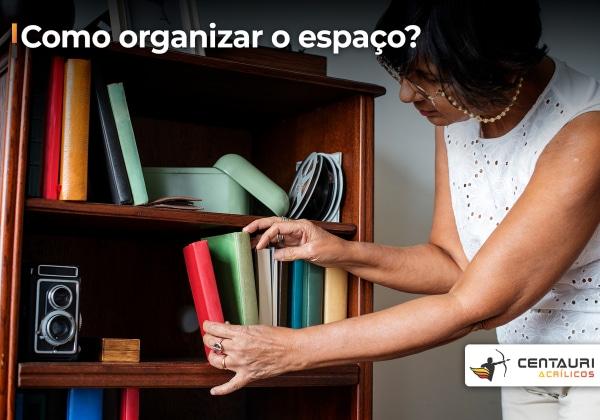 Senhora organizando livros em uma estante