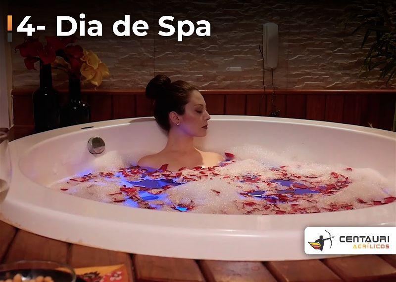 Mulher dentro de banheira cheia de sabão e pétalas de rosa