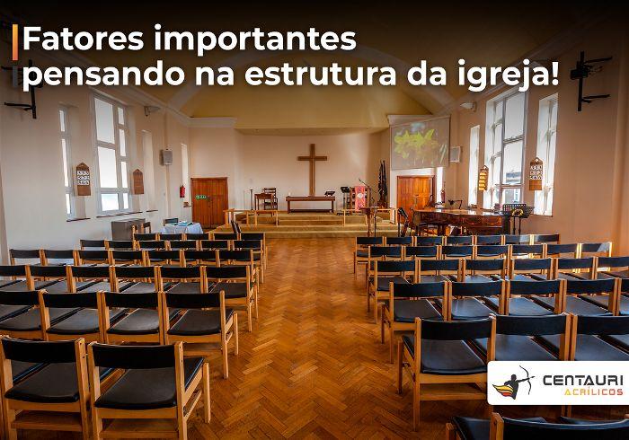 Igreja evangélica com os bancos vazio e ao fundo a cruz