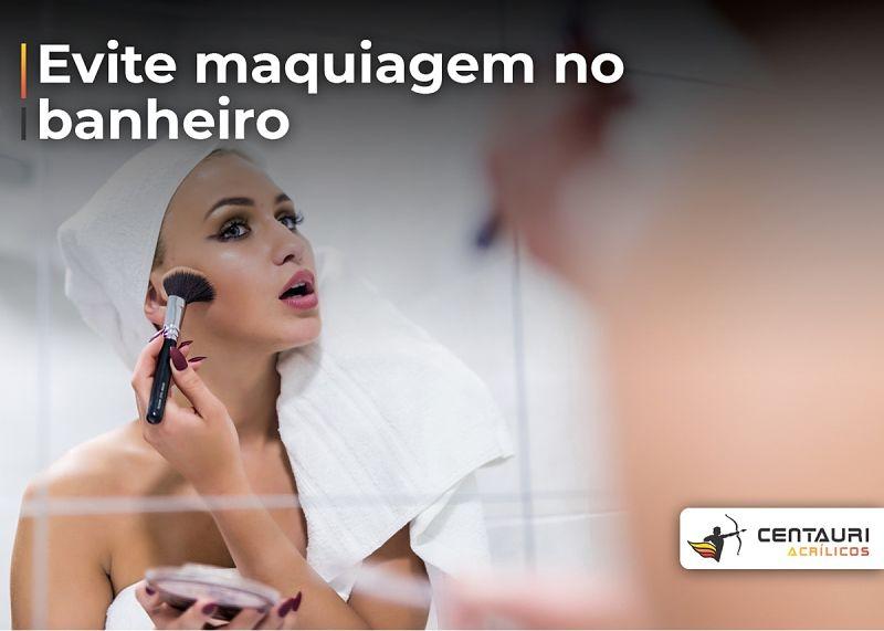 mulher se maquiando no banheiro