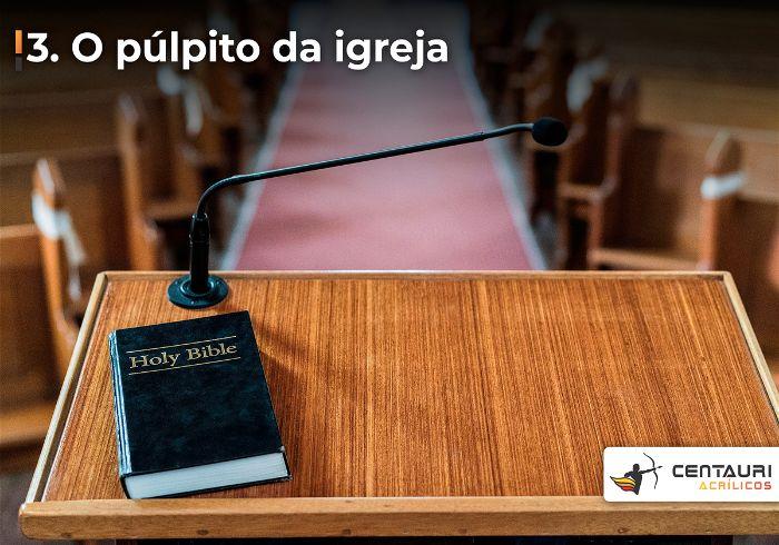 Púlpito de uma igreja evangélica com a bíblia em cima