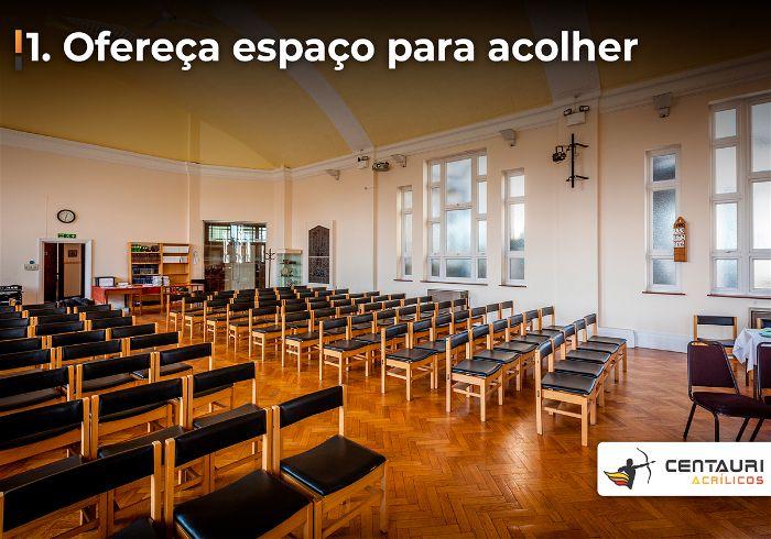 Bancos da igreja evangélica visto do púlpito