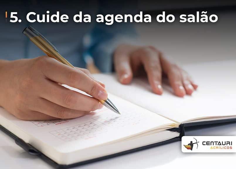 pessoa escrevendo na agenda